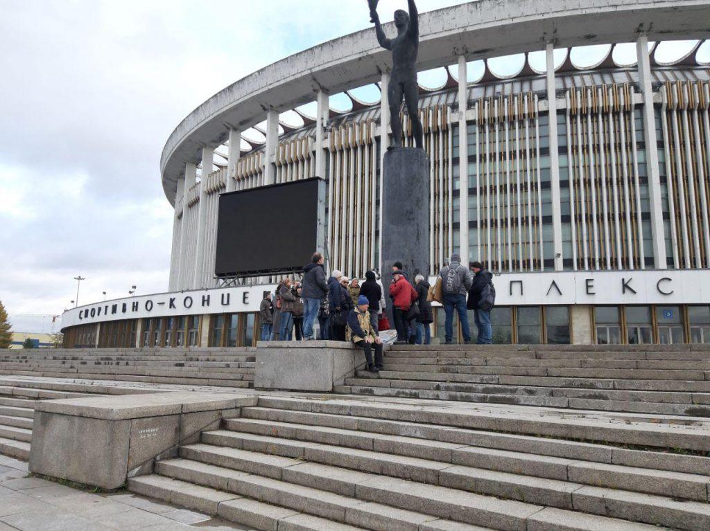 На «Газпром Арене» установили скульптуры с разрушенного СКК