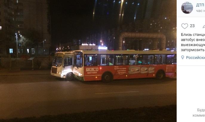 Автобус врезался в маршрутку у метро «Проспект Большевиков»