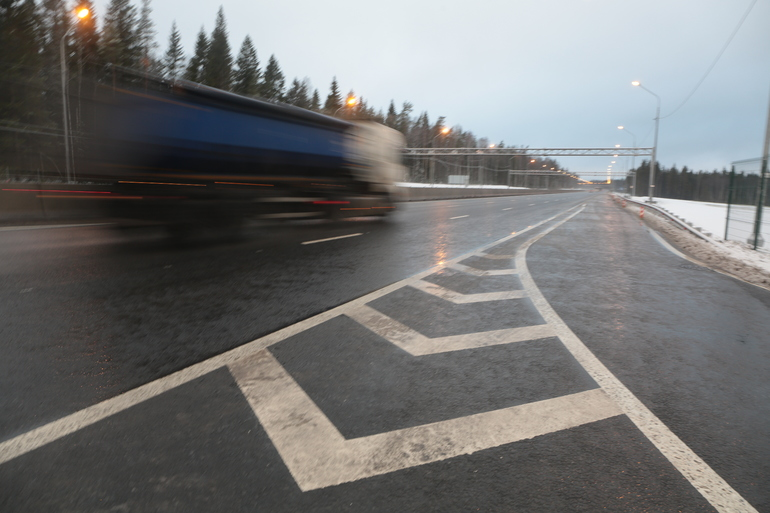 На Приозерском шоссе неизвестный спалил арендованный бульдозер