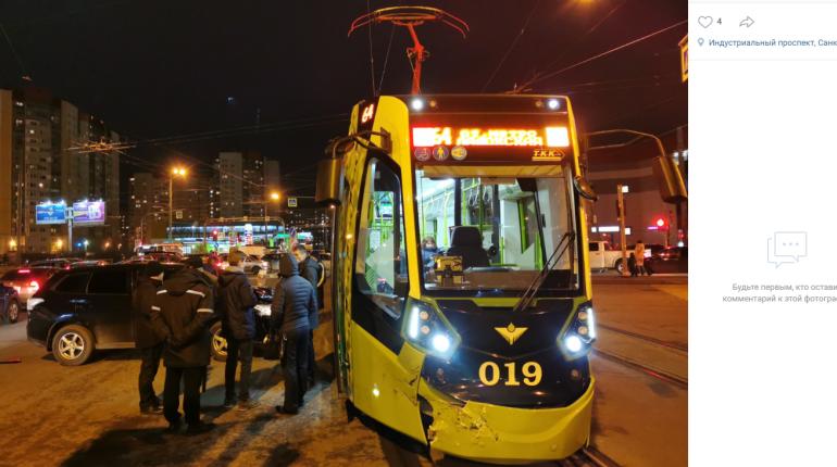 Внедорожник протаранил «Чижика», продлив дорогу домой для тысяч петербуржцев