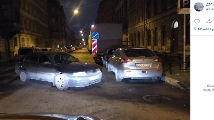 Ночью посреди Моховой пустая машина перекрыла путь автомобилистам