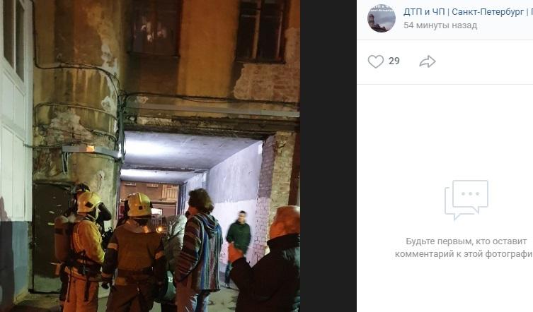 Очевидцы: на 4 этаже дома на Колпинской мужчина разжег костер в квартире