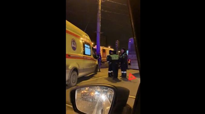 «Скорая» госпитализировала водителя «Инфинити» на проспекте Науки