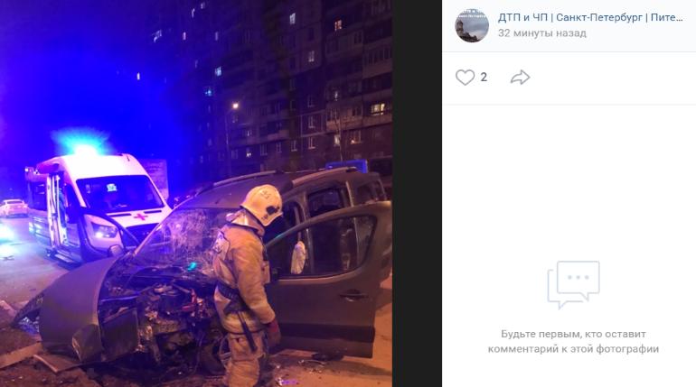 Пьяный водитель влетел в столб на Шлиссельбургском и превратил легковушку в хлам