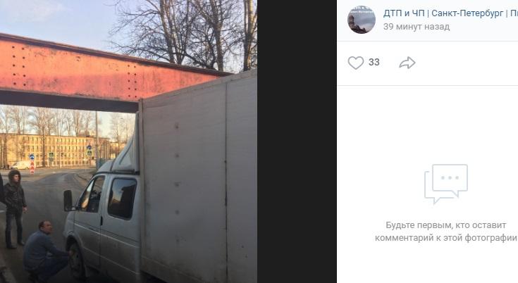 Водитель «Газели» спускает колеса, чтобы проехать под мостом на Южном шоссе