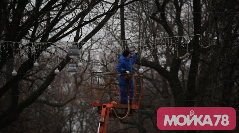 Петербург украшают к Новому году: фоторепортаж «Мойки78»