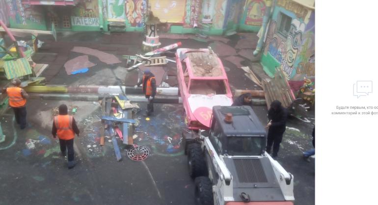На Петроградке уничтожают двор Нельсона