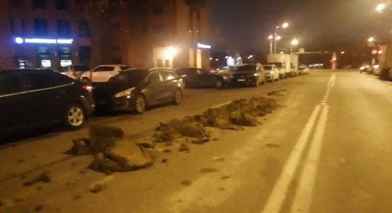Грунт мешает проезду на перекрестке Ленсовета и Юрия Гагарина