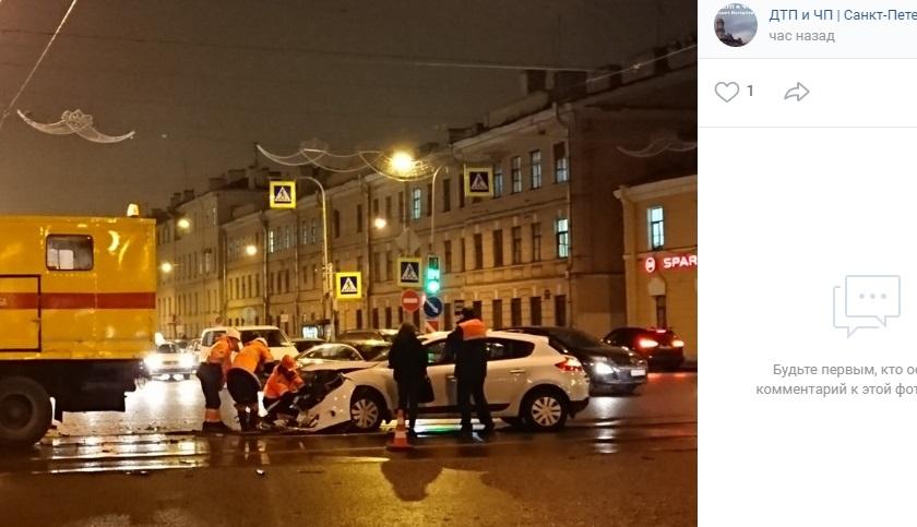 На Измайловском автомобиль разбился вдребезги на мокром асфальте