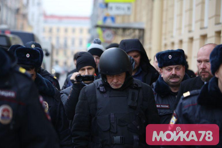Водители встали на Мойке из-за следственного эксперимента с Соколовым