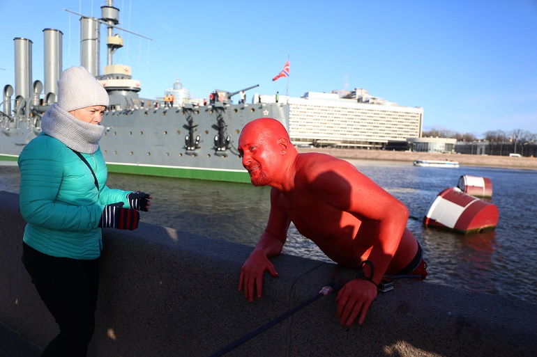 Смыть цвет революции: красный активист окунулся в Неву у «Авроры»