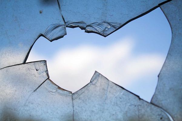 Помята машина и разбито стекло: на Боровой улице от дома отвалились кирпичи