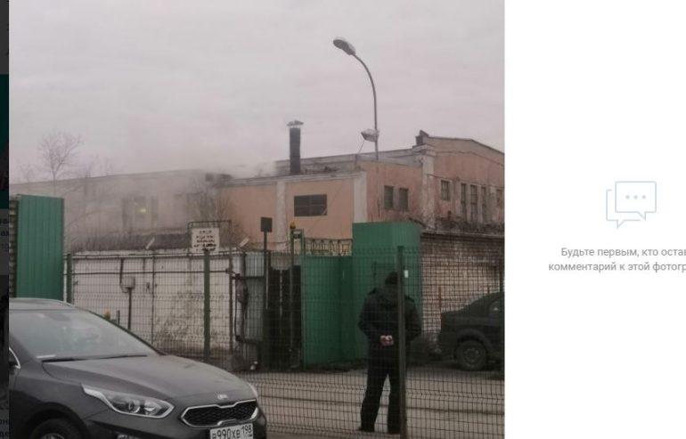 Пожарные не могут проехать к горящему зданию на Седова