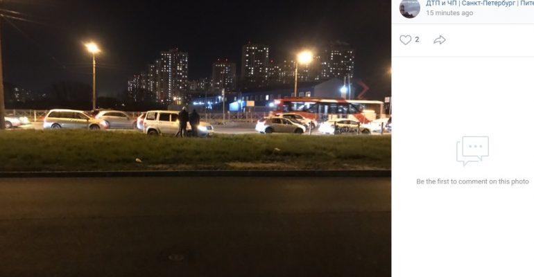 Свежий грунт не дал хитрому водителю объехать пробку на Бухарестской