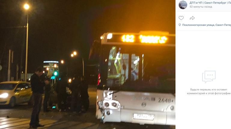 В ДТП на Вербной автобус остановился на «встречке» и перекрыл проезд