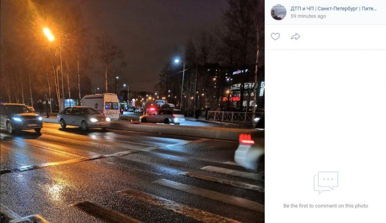 На переходе с неработающим светофором на Приморском шоссе сбили человека