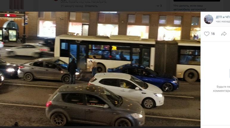 На Невском столкнулись три авто: Audi забыл о дистанции