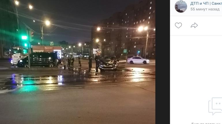 Каршеринг не пропустил Renaultна Богатырском — на месте пожарные и ДПС