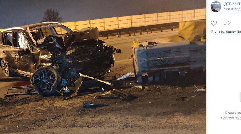 На КАДе Mitsubishi влетел в отбойник — пассажиру оторвало руку