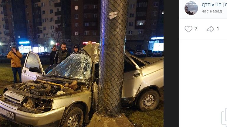 На Ленинском проспекте машину «намотало» на столб