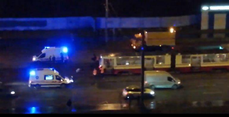 Трамвай сбил насмерть мужчину и еще одного покалечил на Дальневосточном