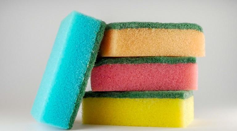 Роспотребнадзор выявил опасность кухонных губок