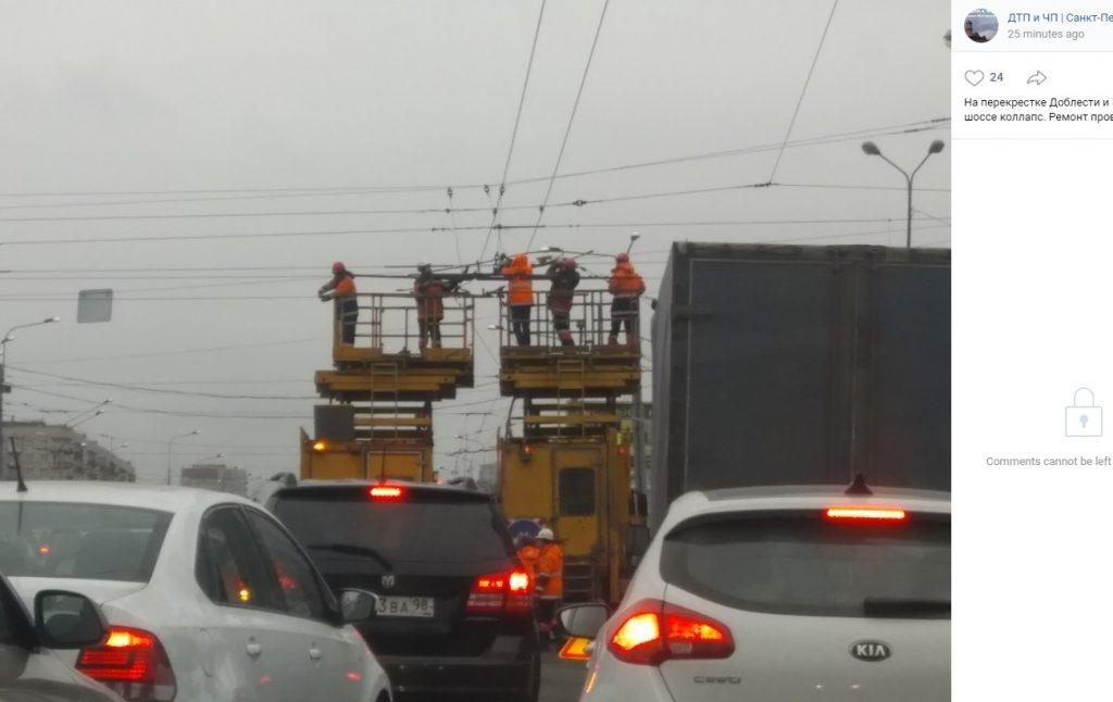 Ремонт проводов на Петергофском создал коллапс — водители стоят в пробке