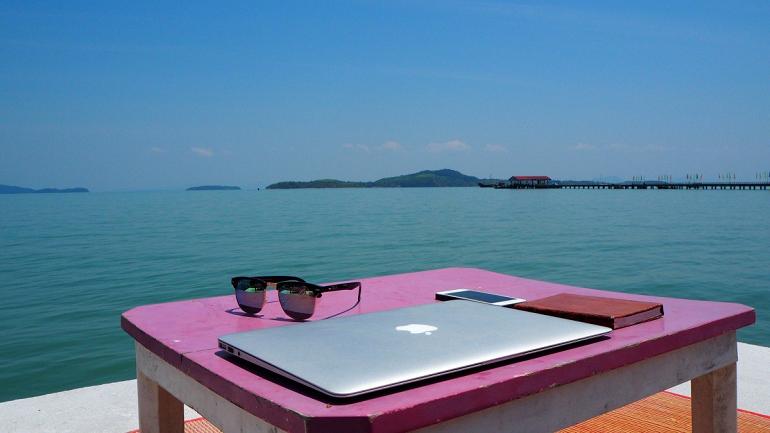 4 из 5 менеджеров и бизнесменов работают в отпуске — «Манго Телеком»