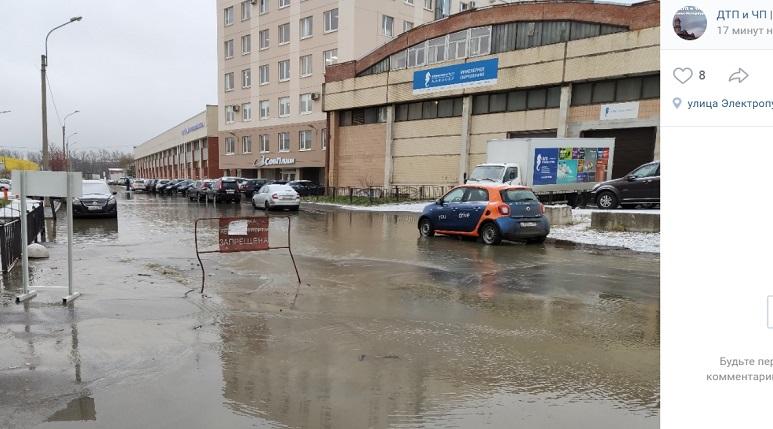 На Электропультовцев прорвало трубу: «уже есть небольшое озеро»