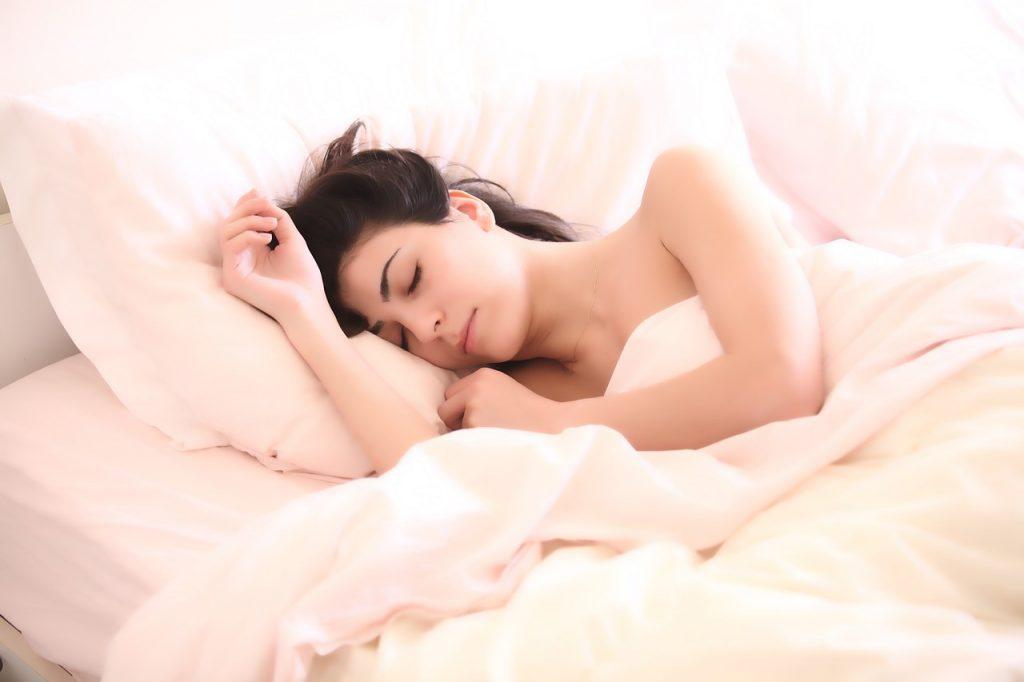 Ученые предложили необычный метод лечения бессонницы: секрет в постели