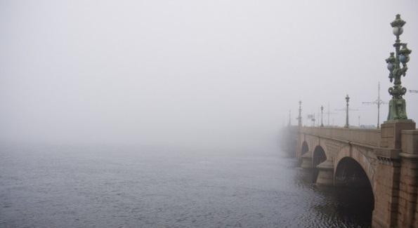 Во вторник на Петербург опустится густой туман