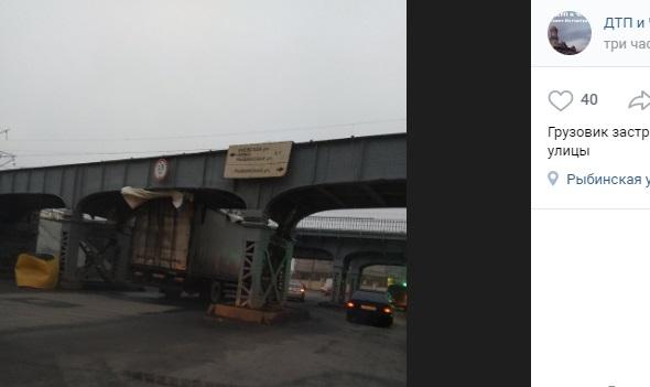 Мост на Боровой в очередной раз «поймал» грузовик