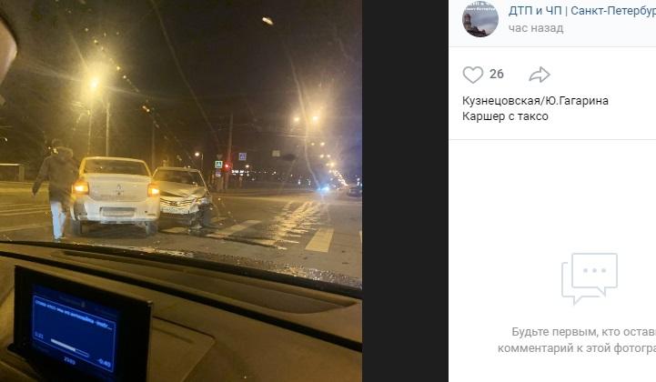 На перекрестке Юрия Гагарина и Кузнецовской каршеринг столкнулся с такси