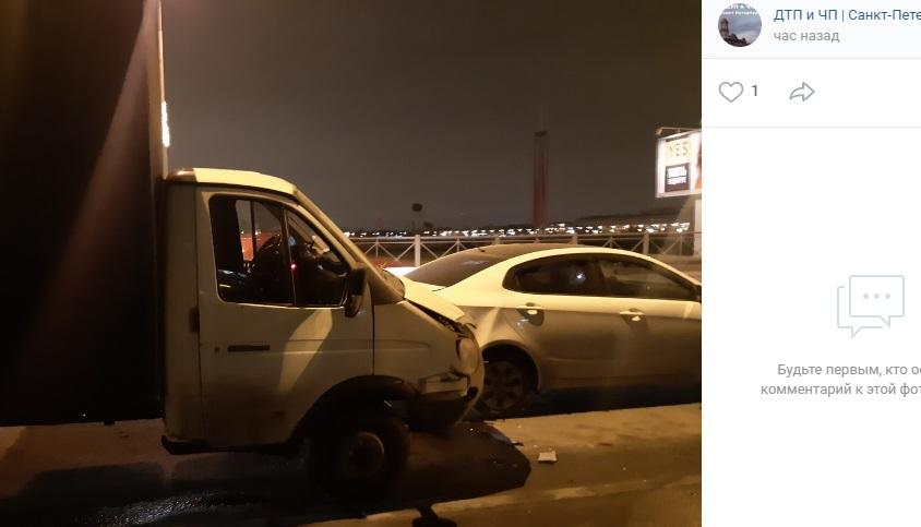 На Свердловской набережной трое застряли в аварии перед Пискаревским