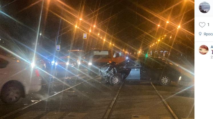 Авария с такси на трамвайных путях остановила движение на Энгельса