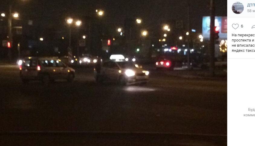 «Лада» влетела в «Яндекс.Такси» на перекрестке Шлиссельбургского и Обуховской обороны