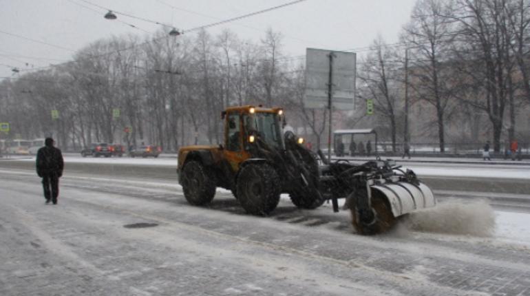 Она невидимая: водители не заметили уборочную технику в заснеженном Петербурге