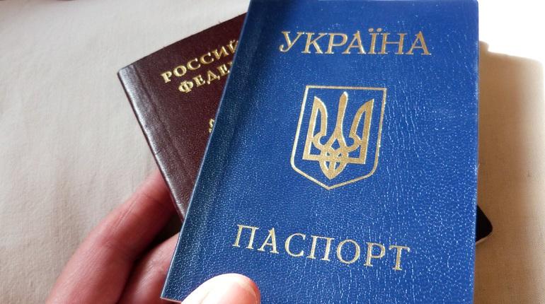 Украинский блогер предложил лишать украинского гражданства тех, кто получил паспорт России, или пойти по пути Прибалтики…