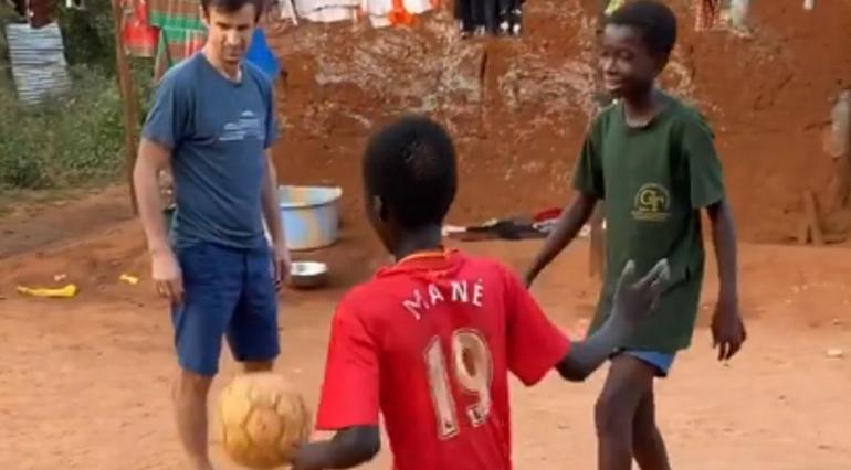 Семак долетел до Африки и успел попинать мяч с детьми