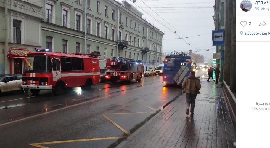 Из дома на Гороховой эвакуировали 10 человек: приехали 7 машин МЧС и 4 «скорые»