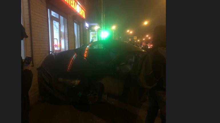 На Новочеркасском автомобиль влетел в аптеку после аварии