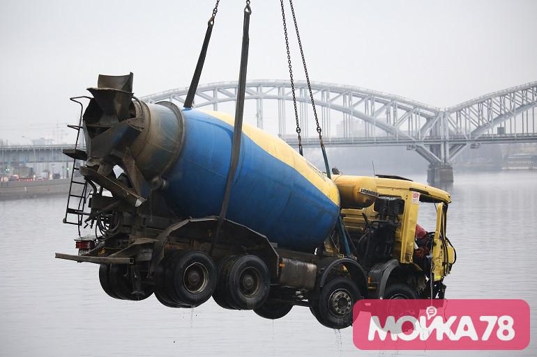 Итоги рабочей недели в Петербурге: водоплавающая бетономешалка и ноги убитой аспирантки