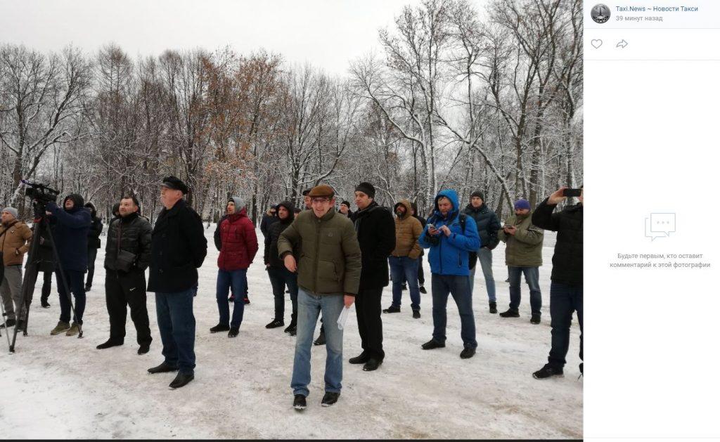 Петербургские таксисты вышли на митинг против агрегаторов в парке Екаерингоф