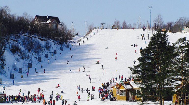 Травматолог рассказал, как не получить травму при катании на лыжах и коньках