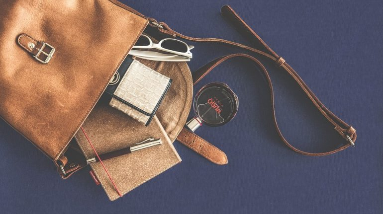 Пассажирка лишилась брендовой сумочки в Пулково