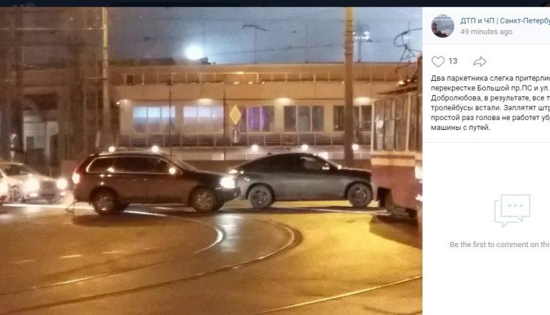 Внедорожники перегородили трамвайные пути на Добролюбова