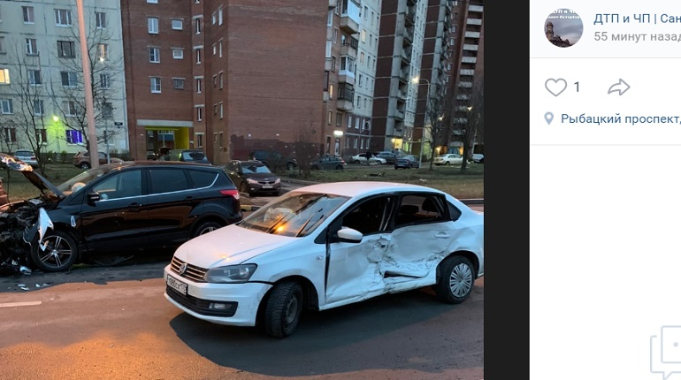 На Рыбацком проспекте разбитые и брошенные авто мешают проезду