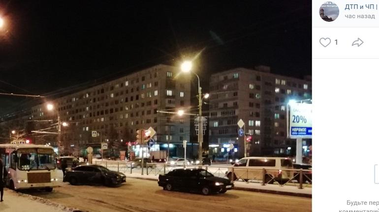 На Большевиков ДТП перекрыло движение: его объезжают через парковку