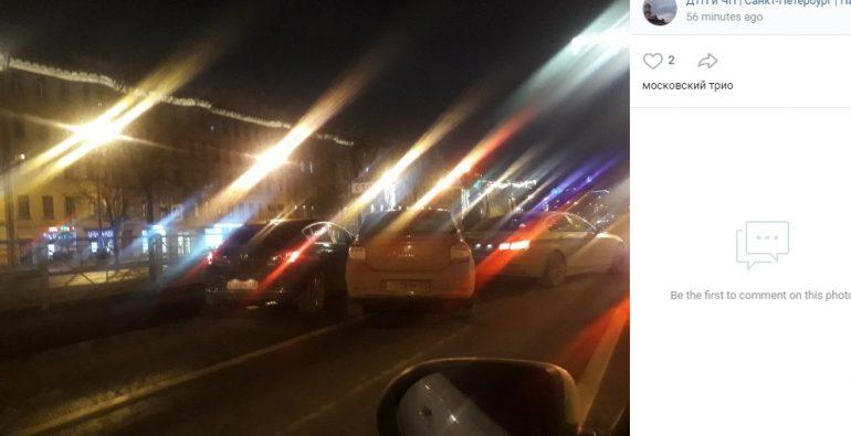 Три легковушки не сумели разойтись в ночи на Московском проспекте