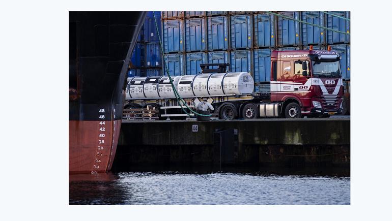 «Михаил Дудин» отплыл в Петербург: как грузили урановые «хвосты» на судно